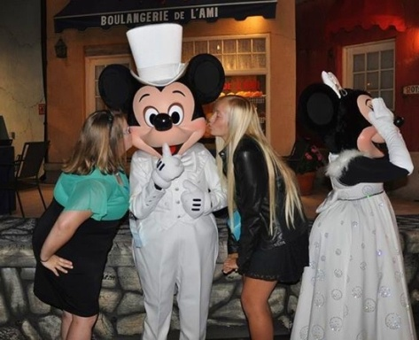 Mickey Mouse showed up on Saturday night at Hollywood Studios...in a new costume!!