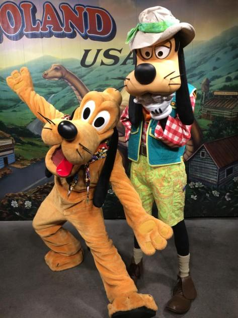 Pluto and Goofy ready to meet the runners.